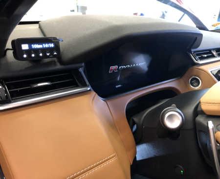 Ukázka instalace Genevo Pro ve voze na palubní desce.