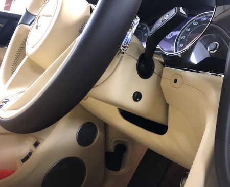 Skrytá instalace antiradaru Protector - viditelné tlačítko pod volantem.