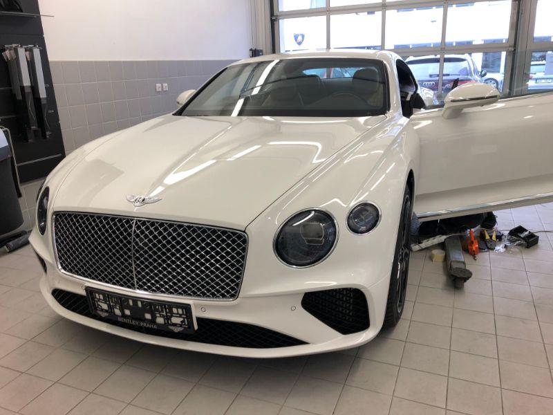 Bílé Bentley na montáži antiradaru v dílně antipokuty.cz - pohled zpředu