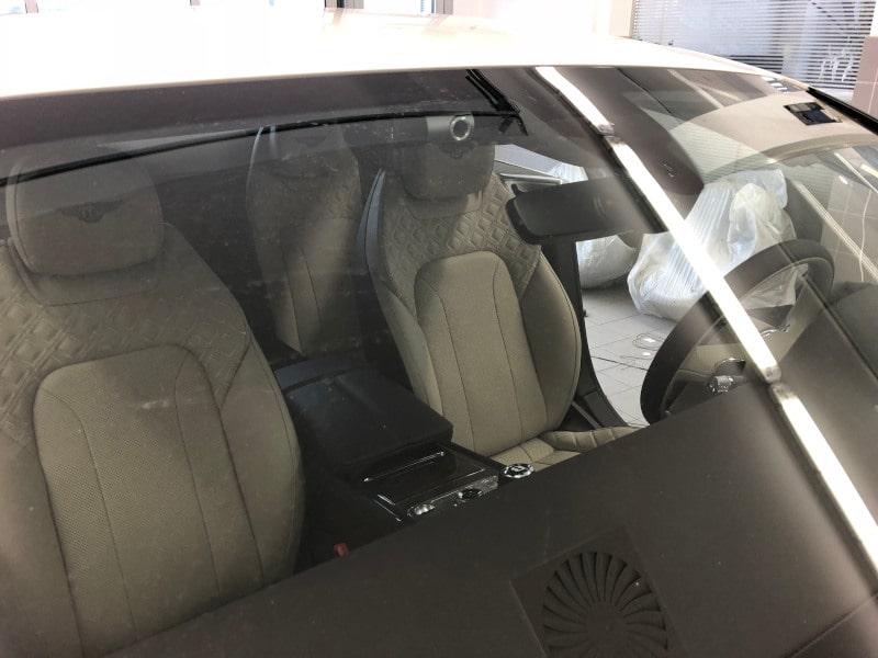 Bílé Bentley na montáži antiradaru v dílně antipokuty.cz - interiér
