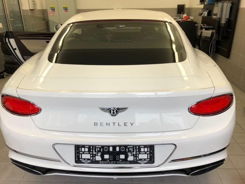 Bílé Bentley na montáži antiradaru v dílně antipokuty.cz - pohled zezadu