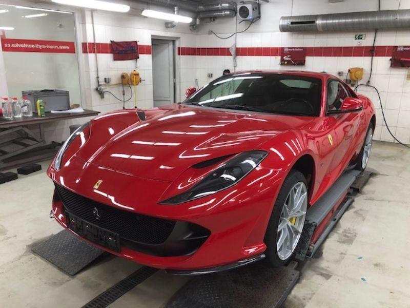 Červené Ferrari v dílně antipokuty.cz na montáž antiradaru