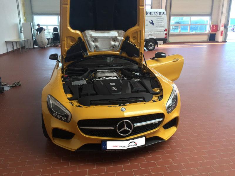 Žlutý Mercedes Benz AMG na montáži antiradaru v dílně antipokuty.cz - pohled zepředu