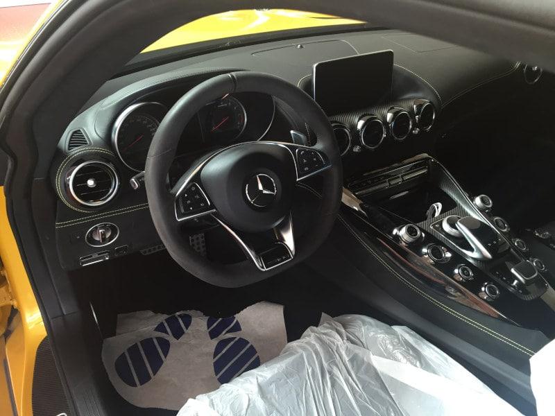 Žlutý Mercedes Benz AMG na montáži antiradaru v dílně antipokuty.cz - interiér