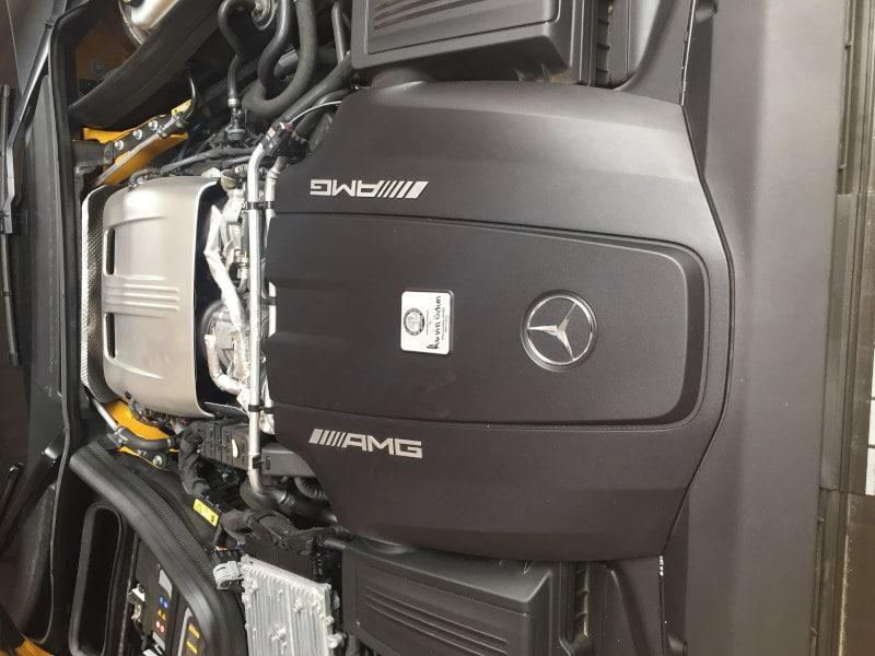 Žlutý Mercedes Benz AMG na montáži antiradaru v dílně antipokuty.cz - pohled na motor