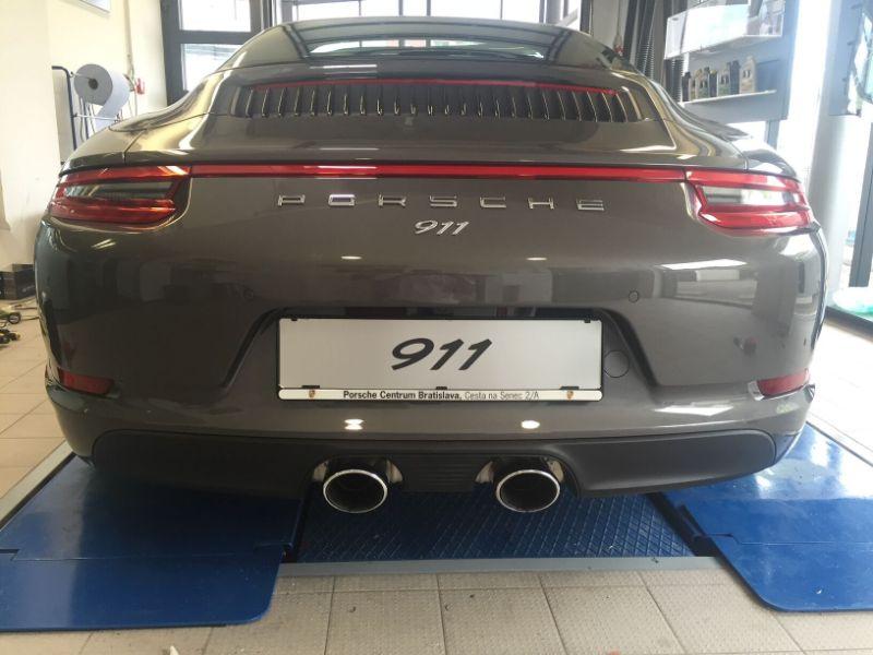 Šedé Porsche 911 4S na montáži antiradaru v dílně antipokuty.cz - pohled zezadu
