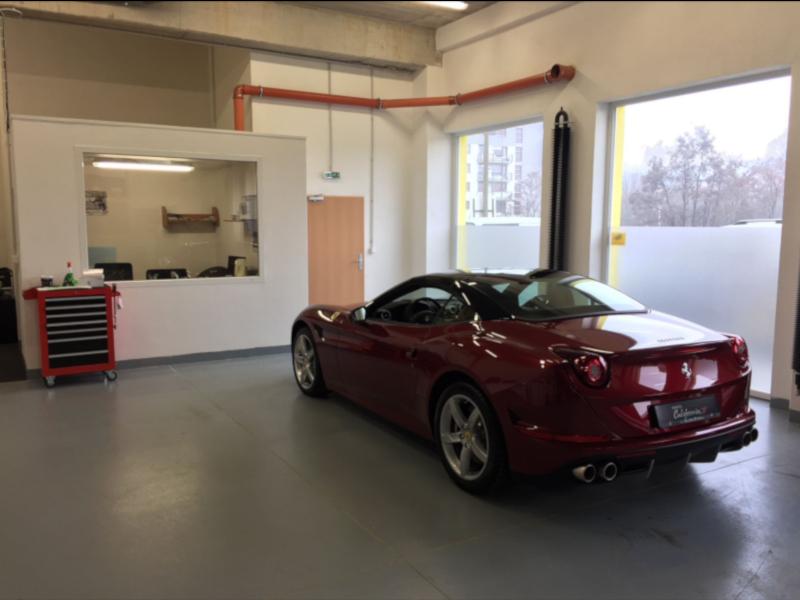 Červené Ferrari California T na montáži antiradaru v dílně antipokuty.cz - pohled zezadu