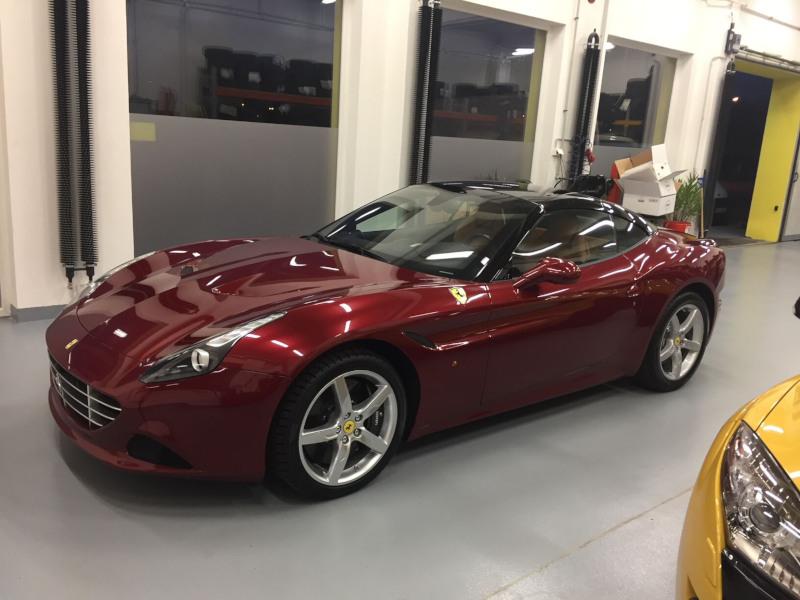 Červené Ferrari California T v dílně antipokuty.cz na montáž antiradaru - pohled z boku