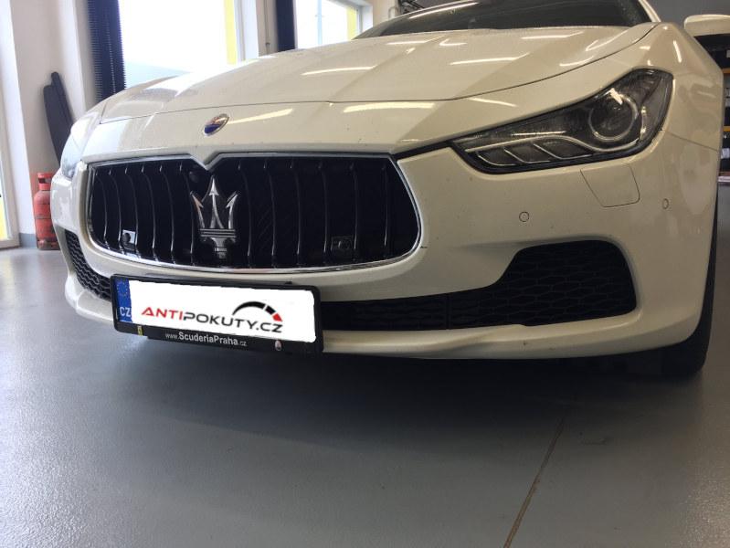 Bílé Maserati Ghibli na montáži antiradaru v dílně antipokuty.cz - pohled zepředu na skrytou montáž antiradaru v SPZ