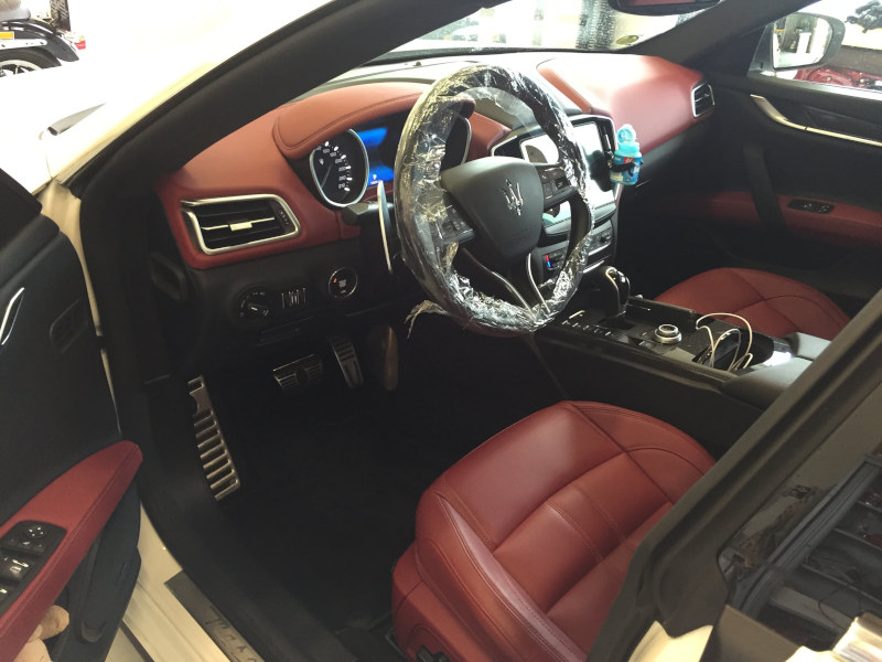 Bílé Maserati Ghibli na montáži antiradaru v dílně antipokuty.cz - interiér