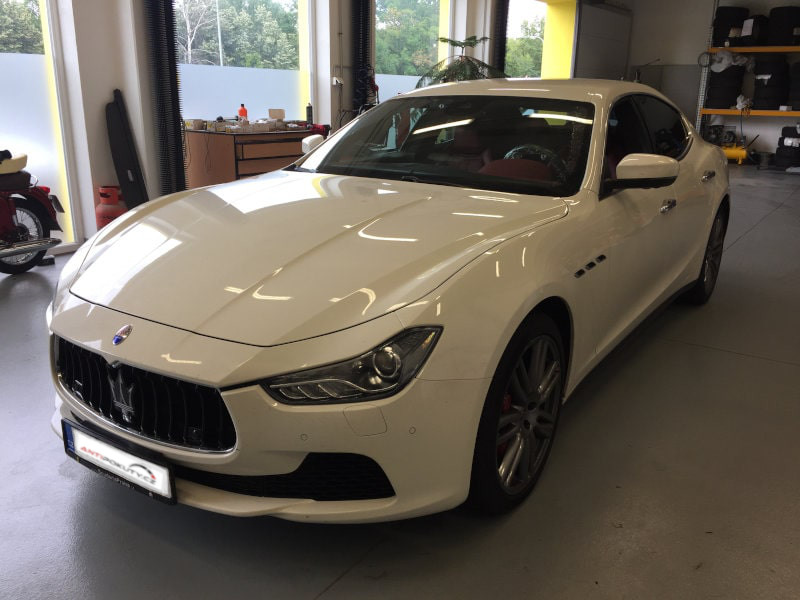 Bílé Maserati Ghibli na montáži antiradaru v dílně antipokuty.cz - pohled zepředu