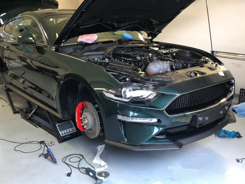 Zelený Mustang Bullitt na montáži antiradaru v dílně antipokuty.cz - pohled zepředu