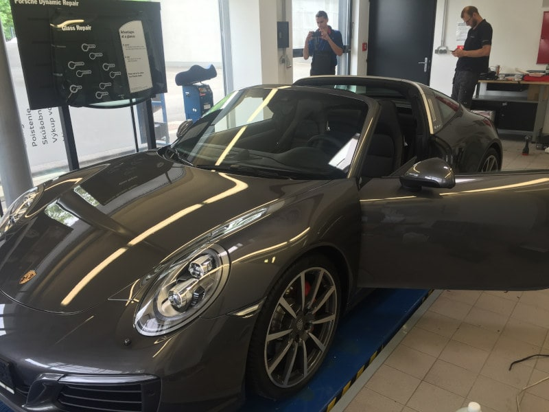 Šedé Porsche 911 4S na montáži antiradaru v dílně antipokuty.cz - pohled z boku