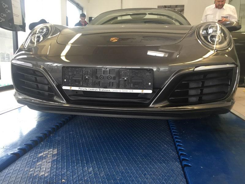 Šedé Porsche 911 4S na montáži antiradaru v dílně antipokuty.cz - pohled zepředu
