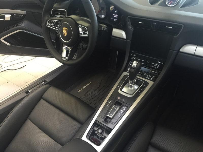Šedé Porsche 911 4S na montáži antiradaru v dílně antipokuty.cz - interiér