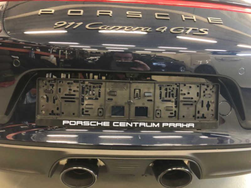 Modré Porsche v dílně antipokuty.cz na montáž antiradaru - pohled zezadu na skrytou montáž antiradaru u SPZ