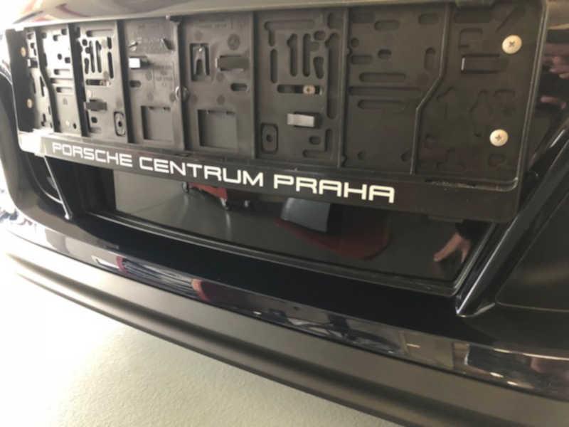 Modré Porsche v dílně antipokuty.cz na montáž antiradaru - pohled zpředu na skrytou montáž antiradaru u SPZ
