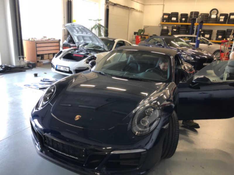 Modré Porsche v dílně antipokuty.cz na montáž antiradaru - pohled zpředu