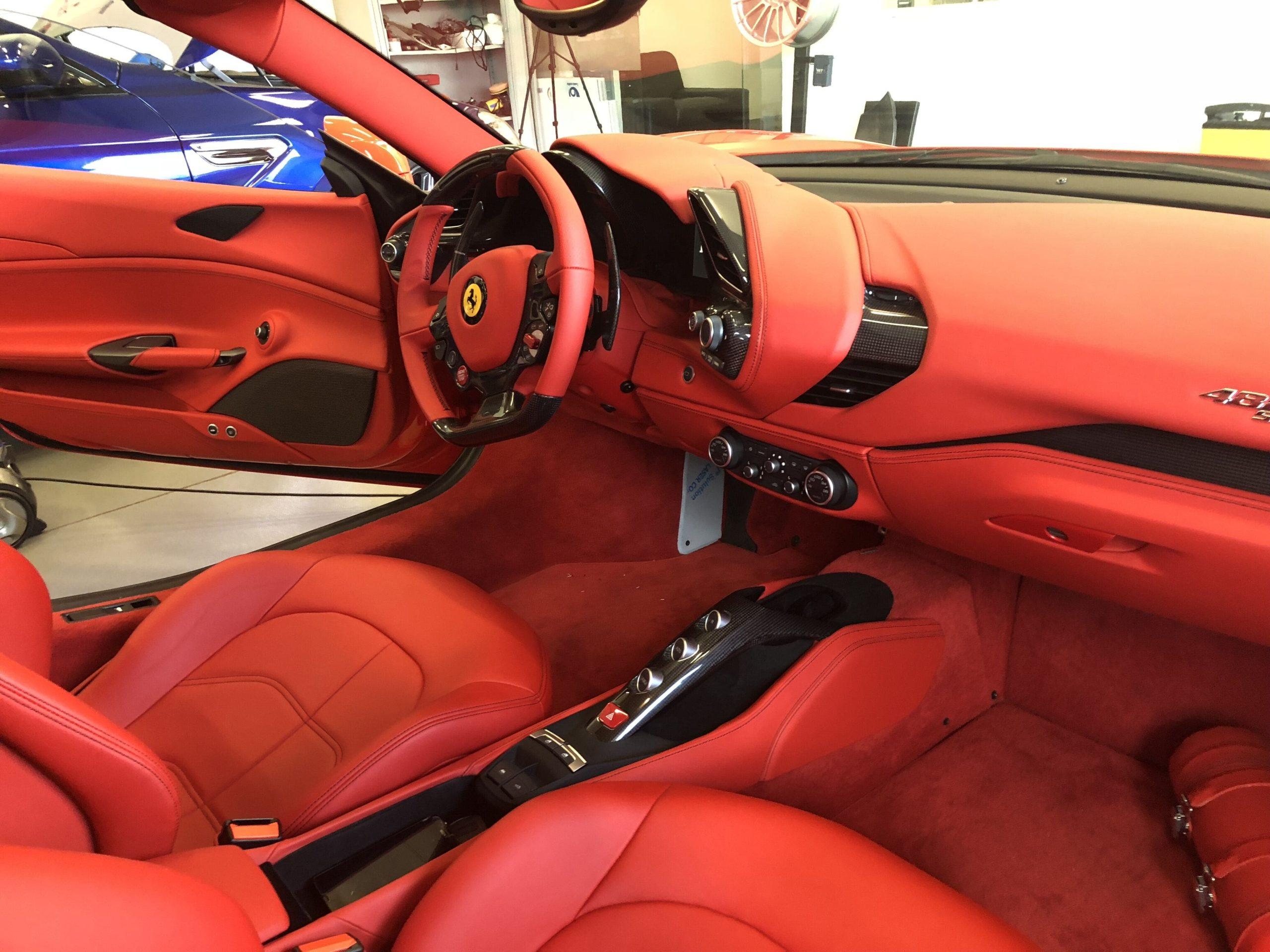 Interiér supersportu Ferrari - prodej pevného antiradaru Protector 960